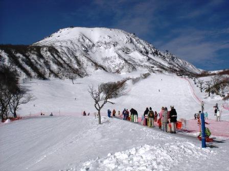雪崩で8人死亡